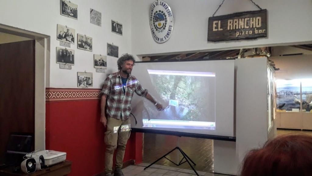 Artista italiano en El Calafate. Pinta con la Naturaleza como coautora