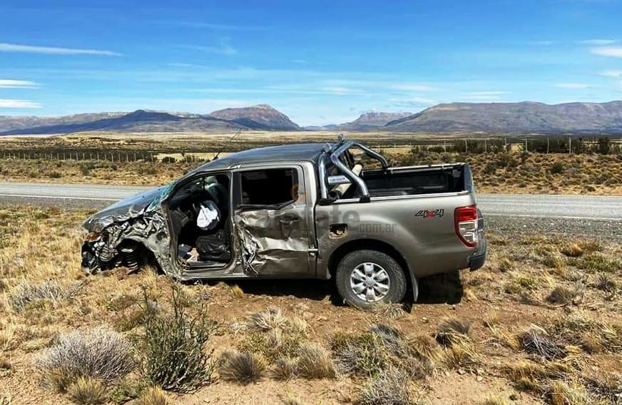 Una camioneta que fue denunciada como robada chocó contra un colectivo de turismo