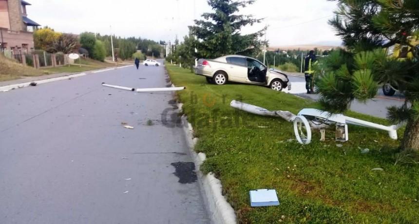 Destrozó su auto, una palma de luz y se fue
