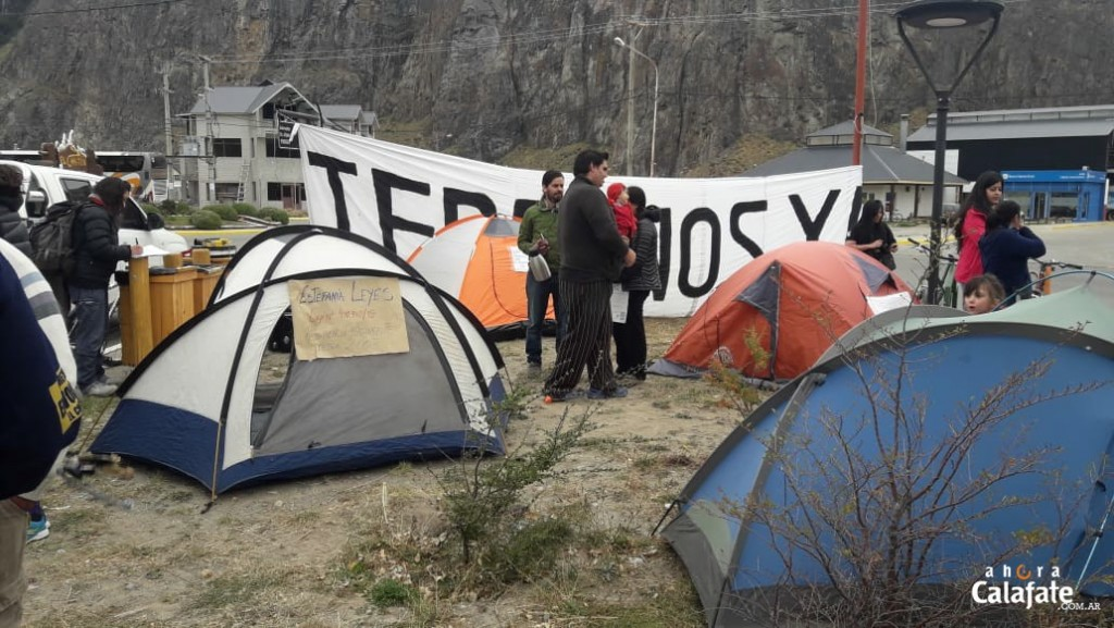 Vigilia de vecinos durante reunión clave por tierras en El Chaltén