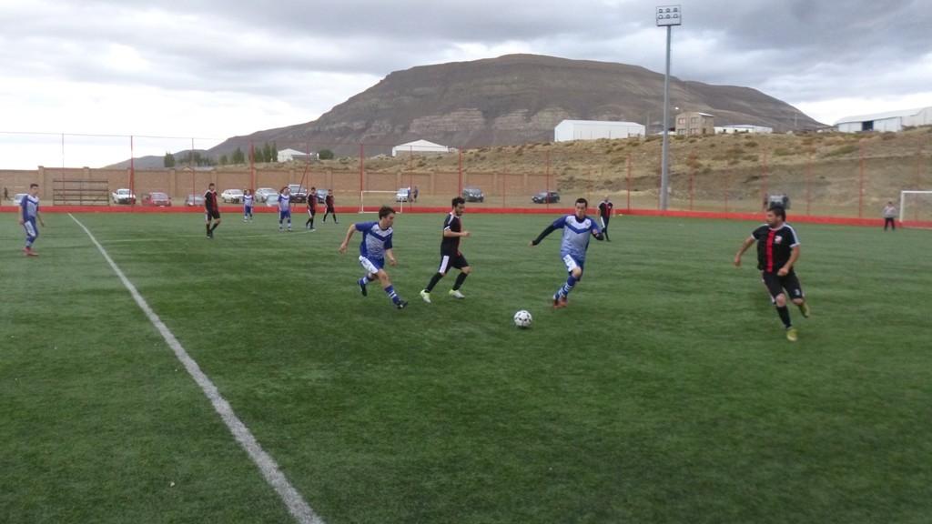 Juveniles y el Lago empataron sin goles en Primera