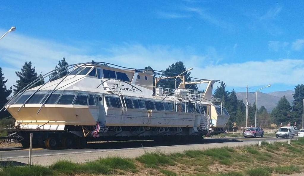 VIDEO. Histórico catamarán de Bariloche viaja hacia El Calafate
