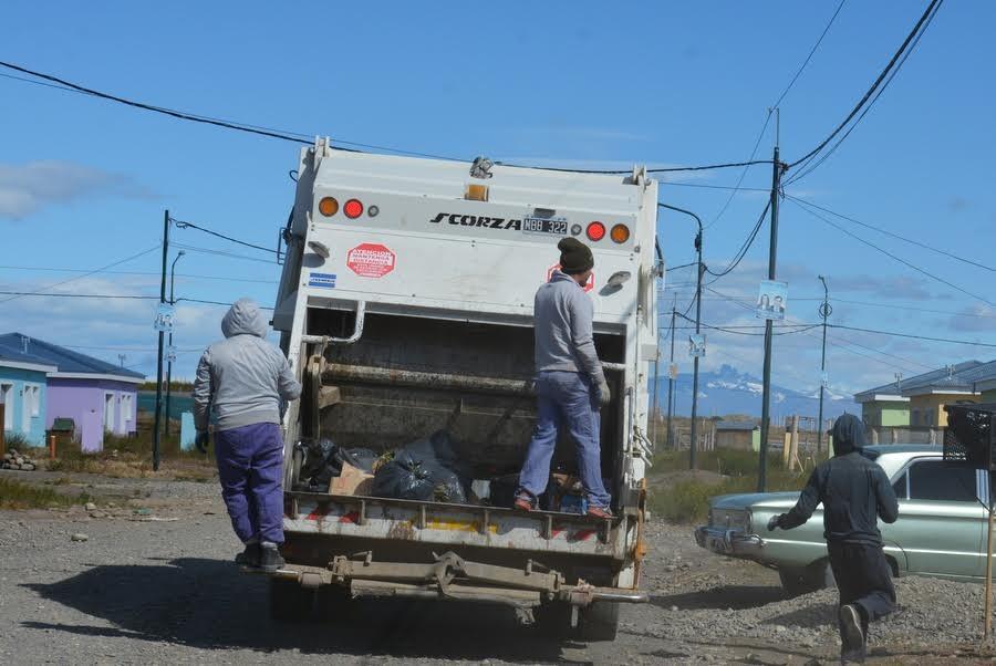 Municipio restringe su actividad y otorga licencias especiales