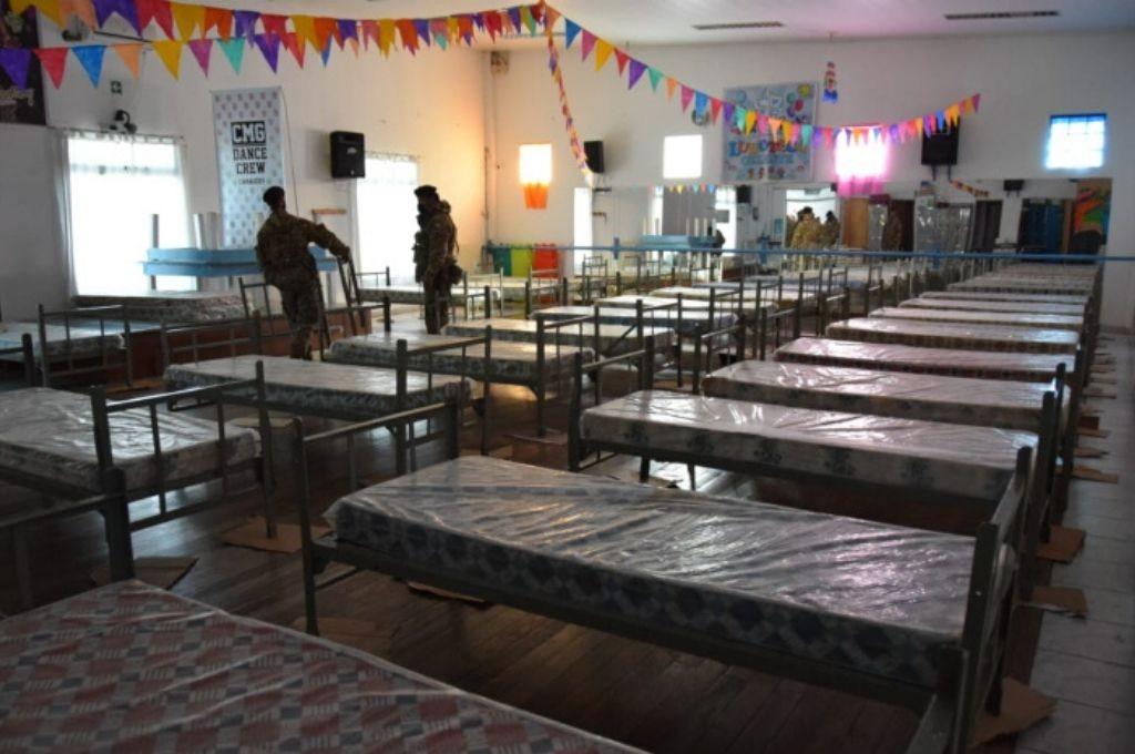 Instalan 50 camas por previsión en el club Hispano Americano