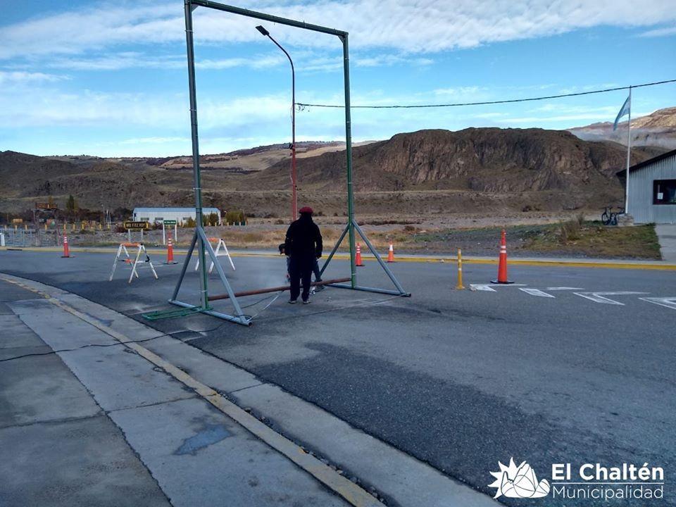 En El Chalten instalan un arco para desinfección de vehículos
