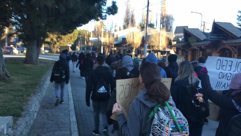 Industrial 9. Estudiantes reclaman por el edificio. Un funcionario provincial prometió venir