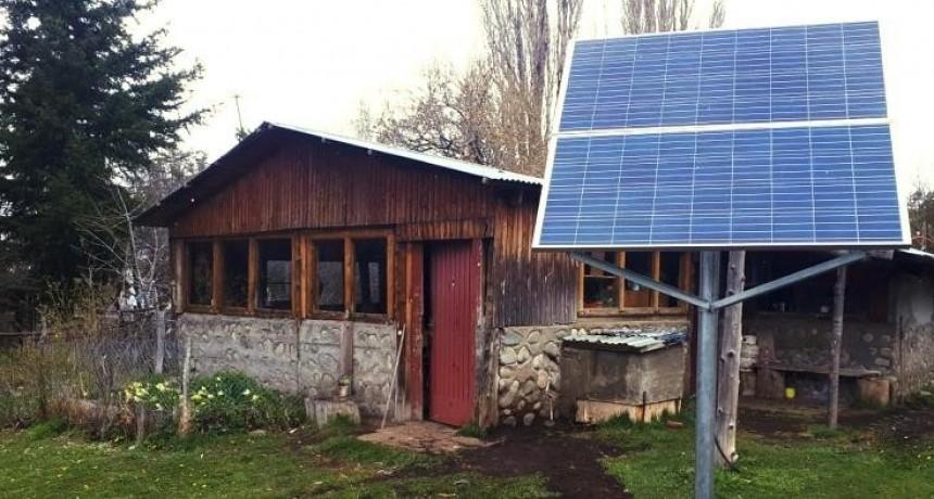 Entregan kits de energía solar a hogares rurales de Santa Cruz
