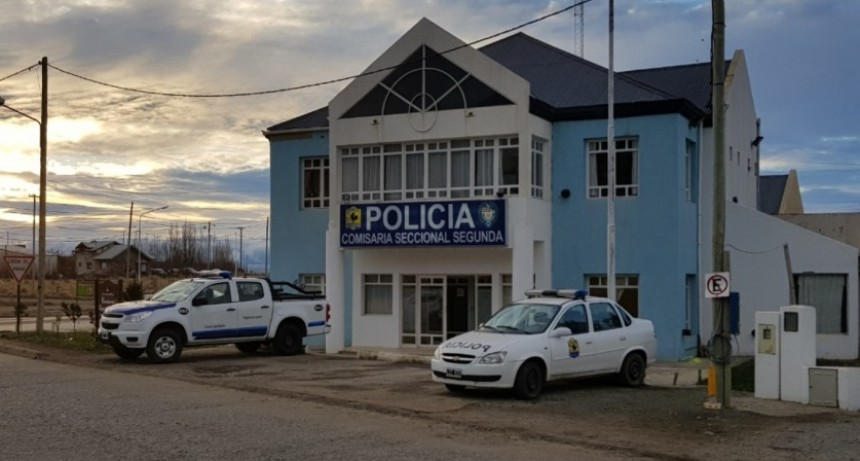 Policía detenido por abuso de la hija de su pareja.