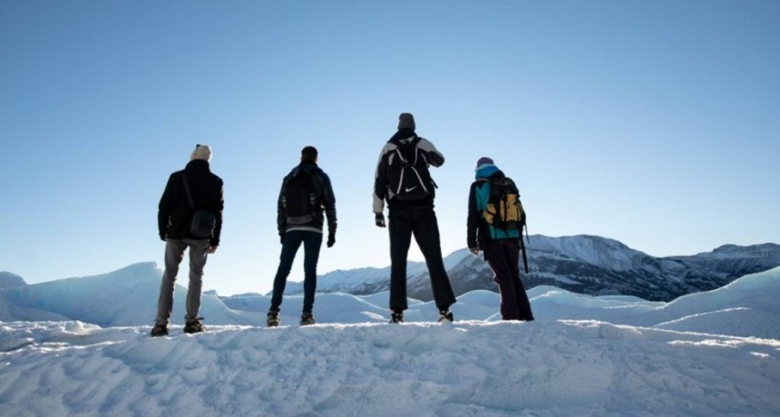 """Sentite chiquitito"", el curioso spot  de un basquetbolista de 2,17 m. en el Glaciar"