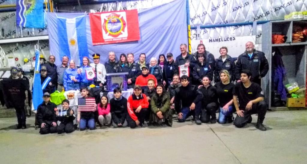 En su despedida el equipo Perlan visitó a Bomberos Voluntarios
