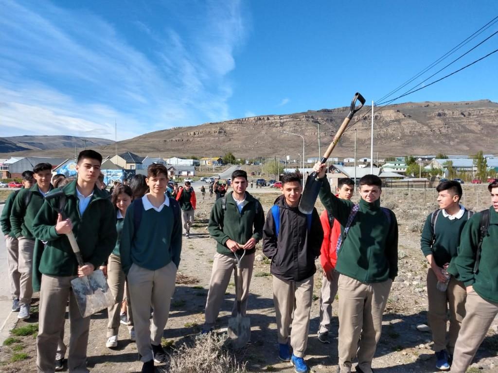 Un colegio y una escuela compartieron jornada de forestación