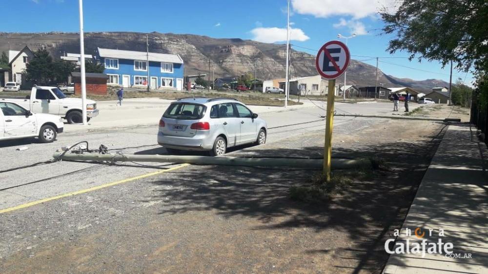 Un peligro. Postes de electricidad cayeron frente a una escuela